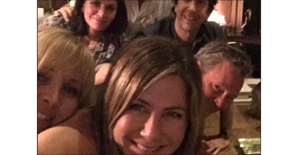 """Jennifer Aniston sbarca su Instagram: il primo scatto è una reunion di """"Friends"""""""