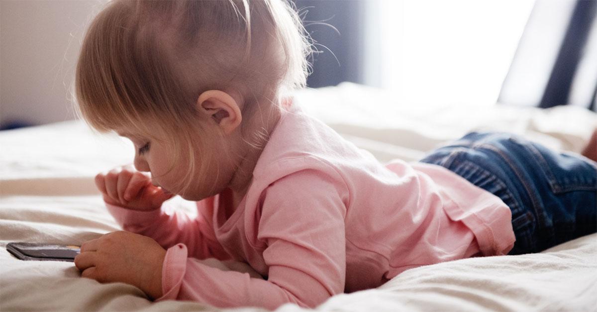 Mamma dà il cellulare alla figlia di due anni e la piccola acquista un divano online