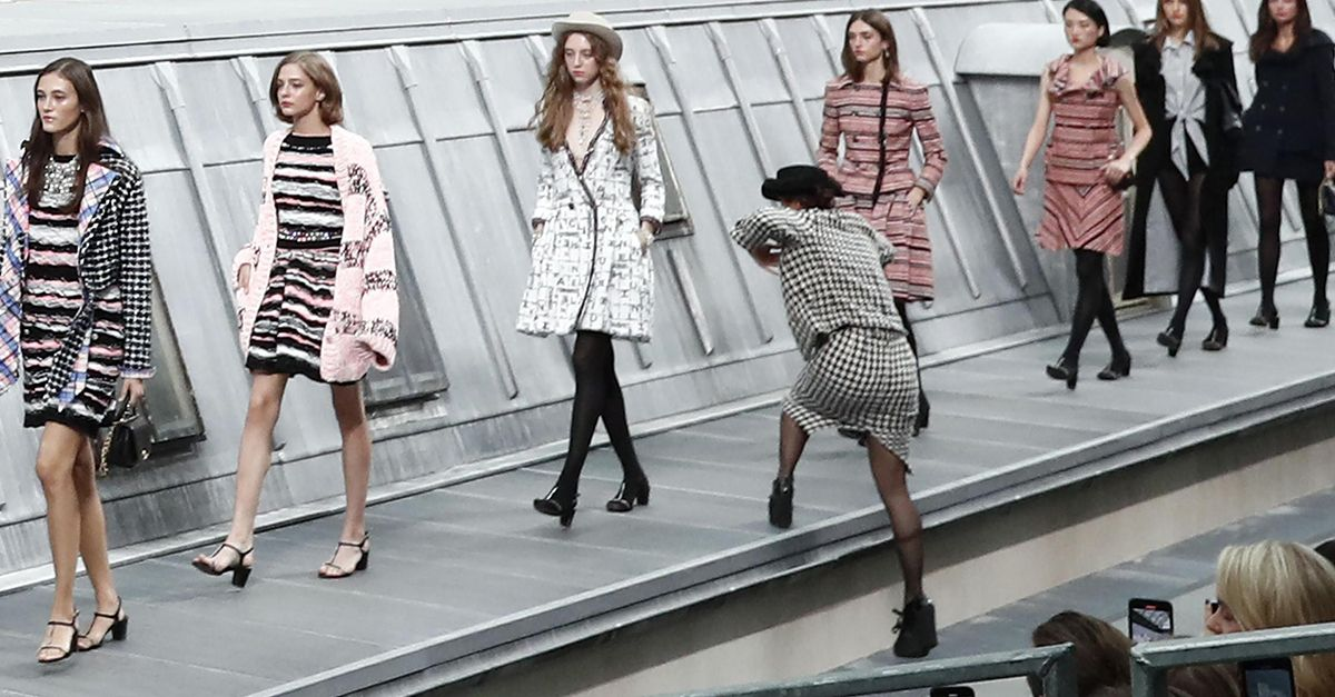 Sfilata di Chanel, incursione inaspettata in passerella. Gigi Hadid caccia l'infiltrata