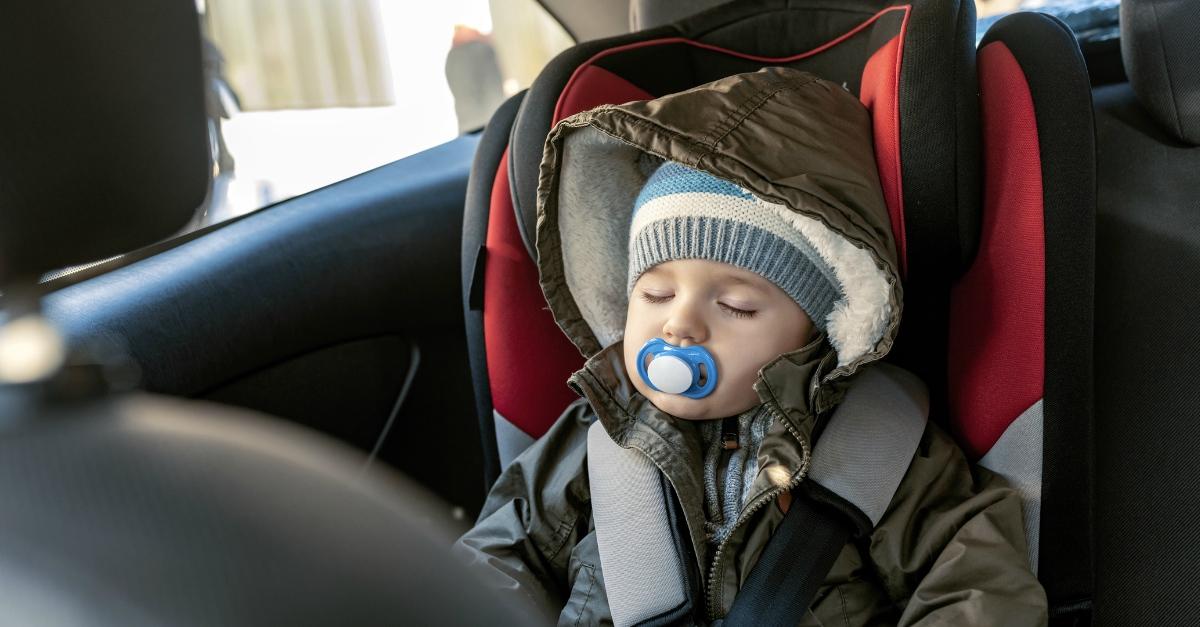 Bimbi in auto: ecco i dispositivi anti abbandono obbligatori per legge