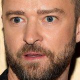 Il nuovo 'disturbatore' della Fashion Week si aggrappa alla gamba di Justin Timberlake: video