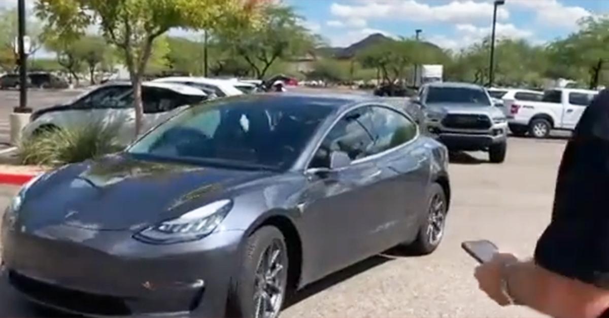 Una Tesla esce dal parcheggio senza conducente: un passante si spaventa