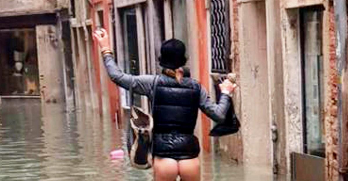 """Nuda nella Venezia allagata. Lo scatto diventa virale: """"Siamo rimasti in mutande"""""""
