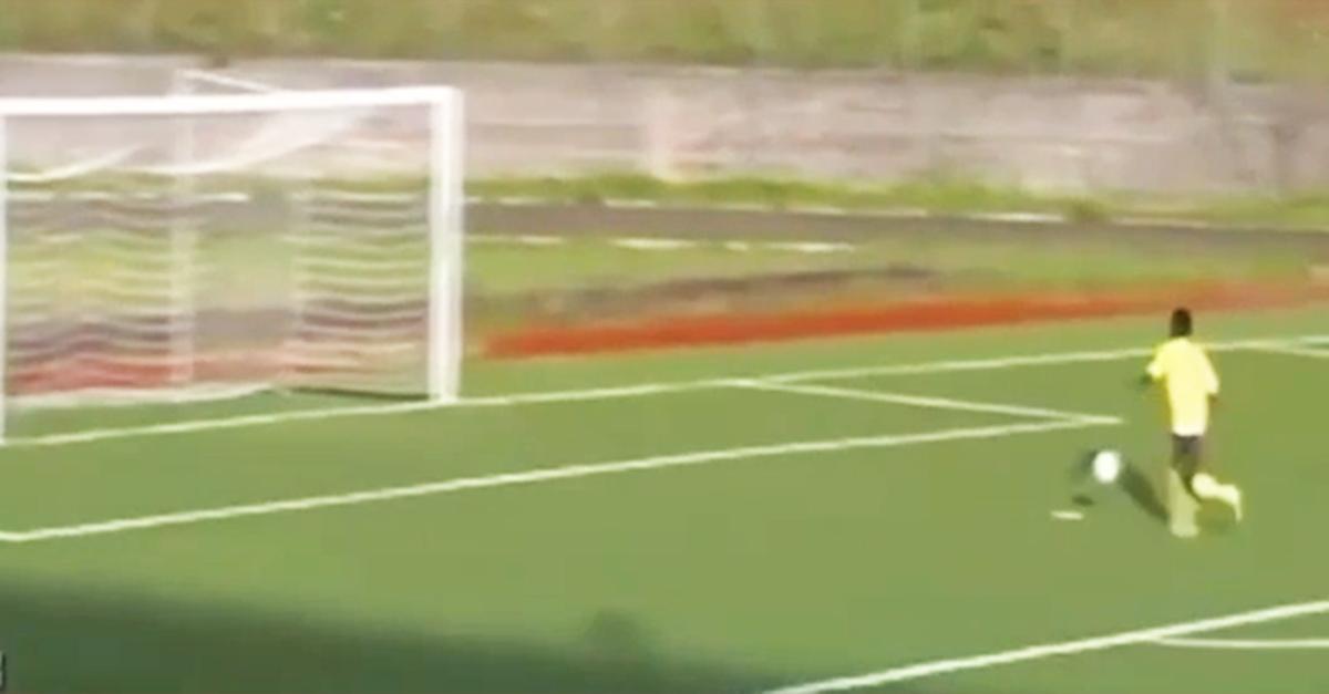 Quando il gol è troppo facile ma lo sbagli comunque: ecco l'incredibile errore dell'attaccante