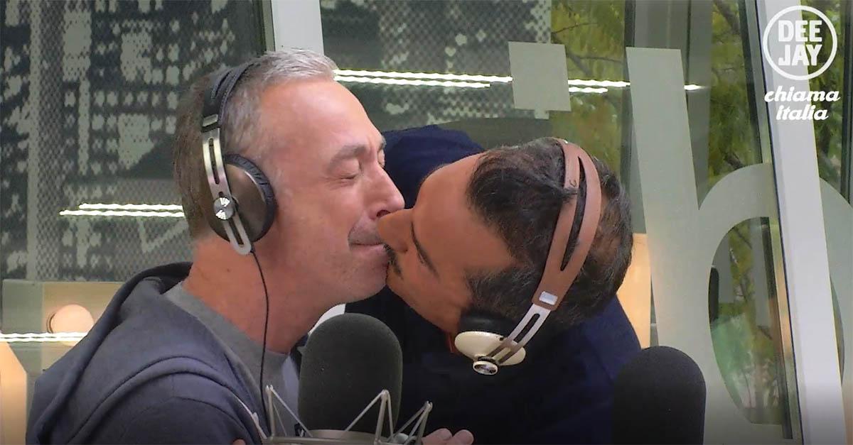 """""""Tengo la bocca chiusa"""", il bacio in diretta tra Linus e Nicola Savino"""