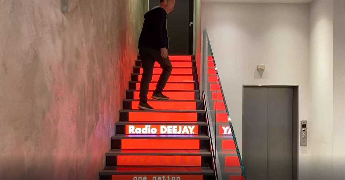 """Dopo le scale di Joker arrivano quelle di Deejay: Linus """"accende"""" il nuovo ingresso della radio"""