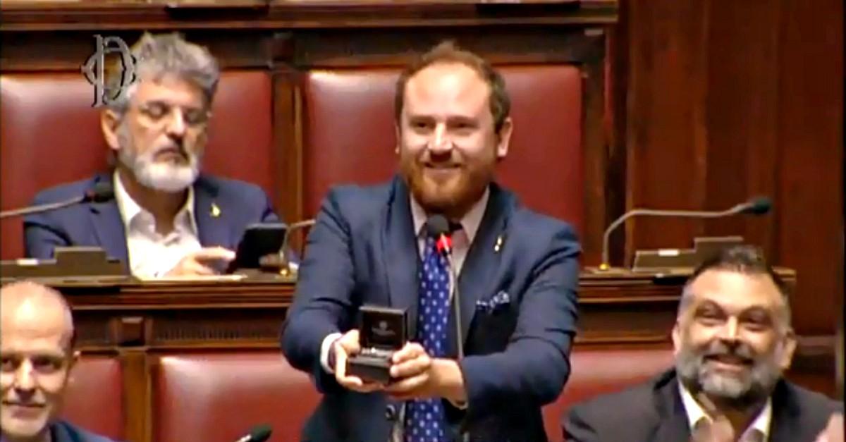 """""""Mi vuoi sposare?"""". Improvvisa proposta in Parlamento del deputato leghista: il video"""