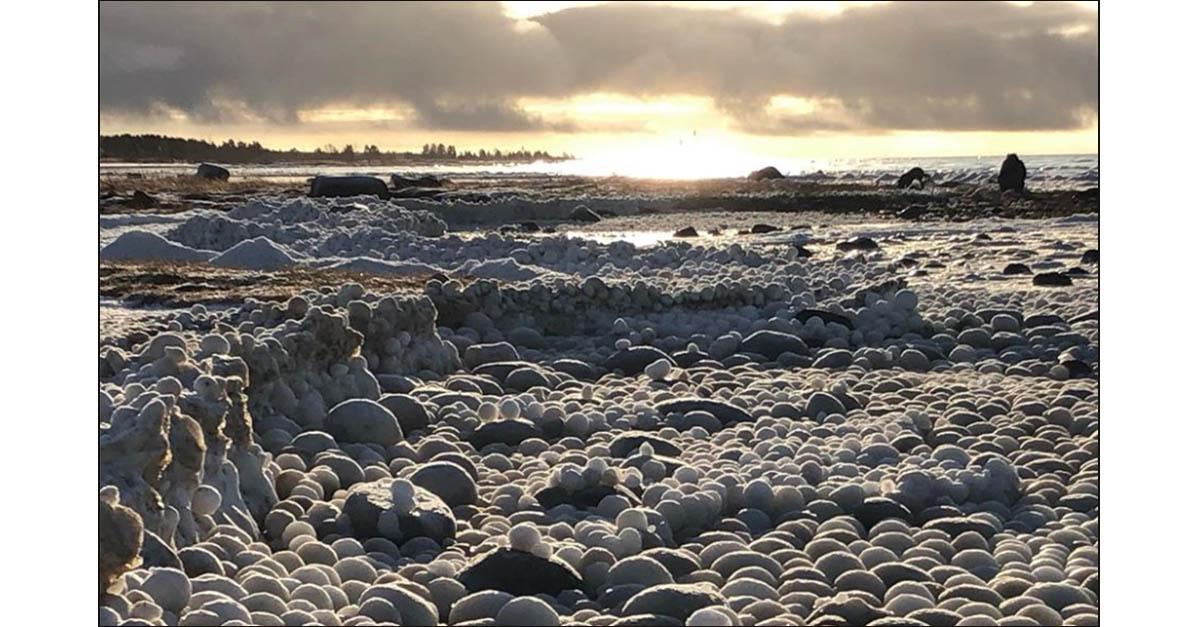 Finlandia, l'isola è il regno di Frozen: misteriose uova di ghiaccio invadono la spiaggia