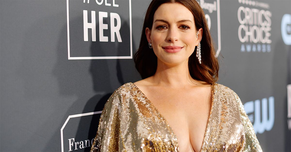 Anne Hathaway, neo mamma ai Critics' Choice Awards: l'attrice incanta in Atelier Versace