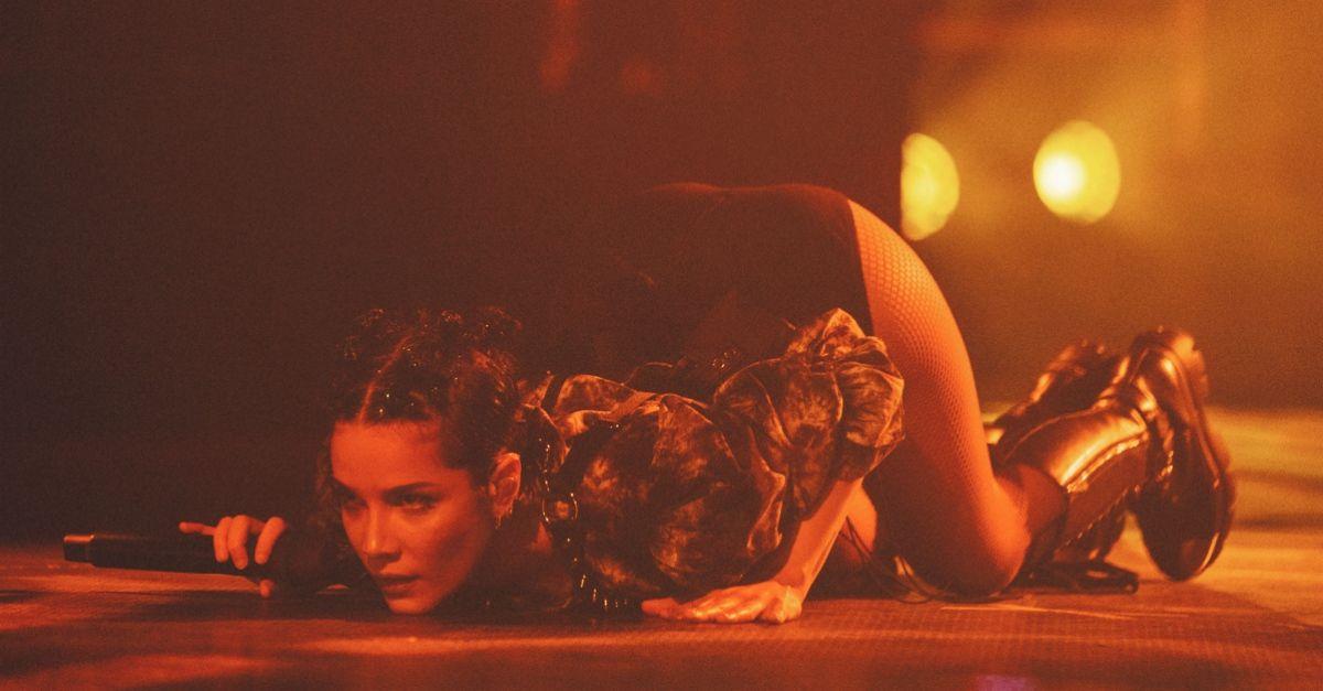 """Halsey in Italia: """"Ho trovato casa sul palcoscenico"""". Le foto del concerto a Milano"""