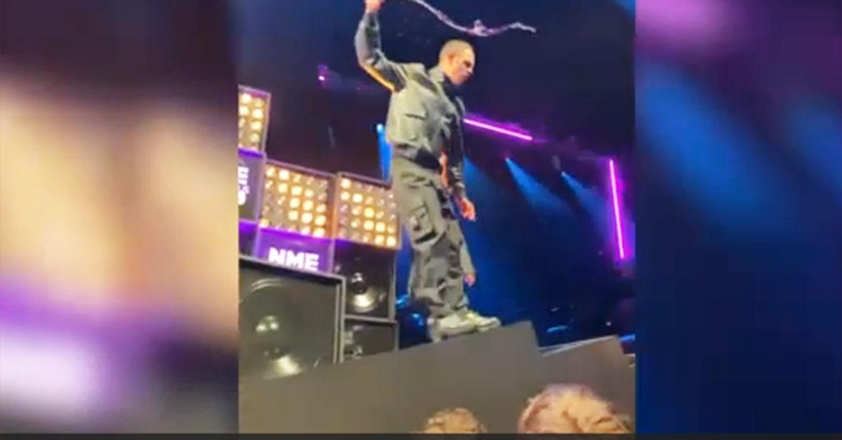 Rissa agli NME Awards, il rapper Slowthai litiga con un fan e volano microfoni e cocktail
