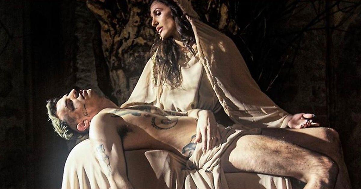 Achille Lauro è Gesù nella Pietà di Michelangelo. Anche Laura Pausini commenta il video