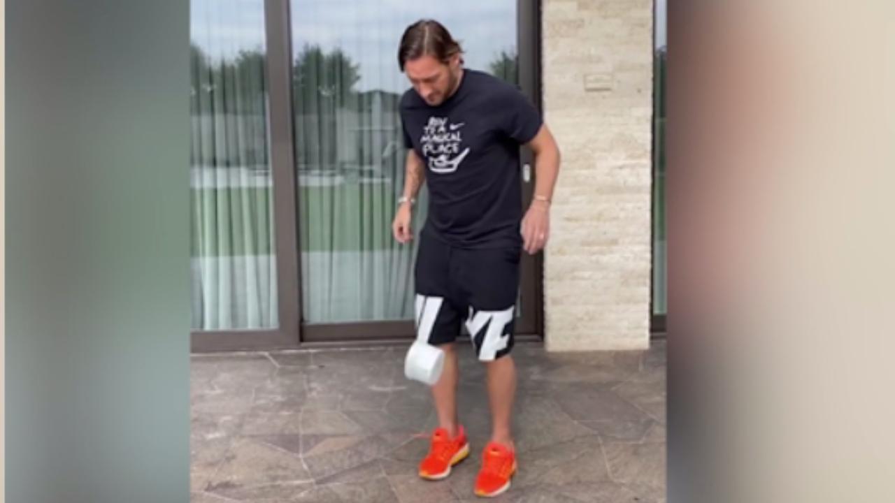 Francesco Totti accetta la sfida e palleggia con la carta igienica: il video