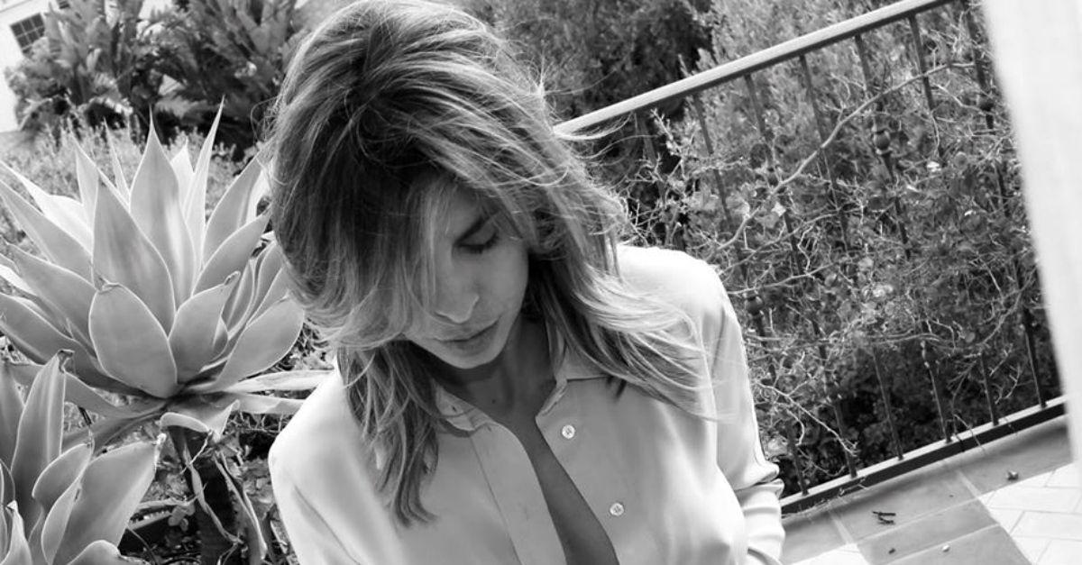 Quarantena sexy per Elisabetta Canalis: in balcone senza intimo con la camicetta aperta