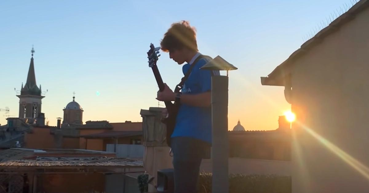 """""""Sally"""" al tramonto sui tetti di Piazza Navona: il chitarrista conquista Vasco Rossi"""