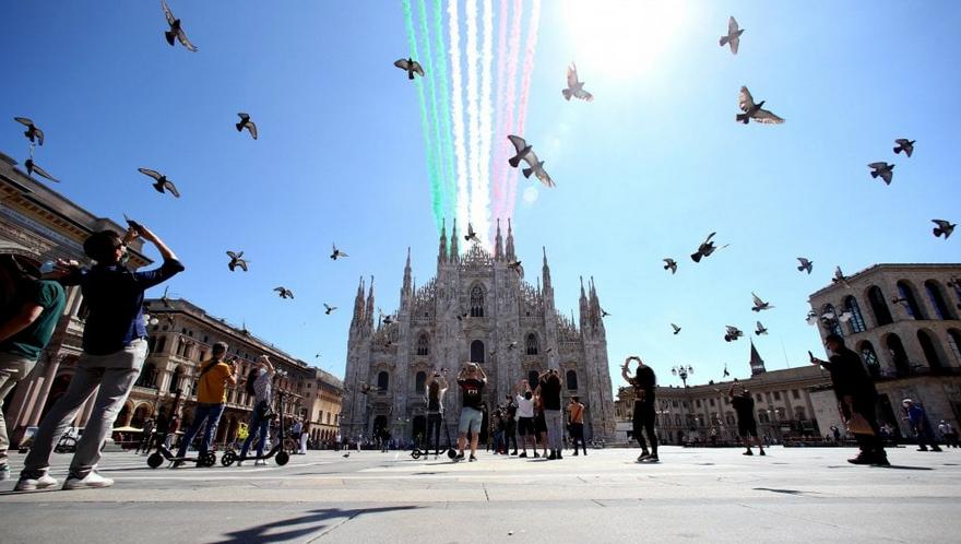 Le Frecce Tricolori sorvolano Milano e Codogno: ecco le immagini
