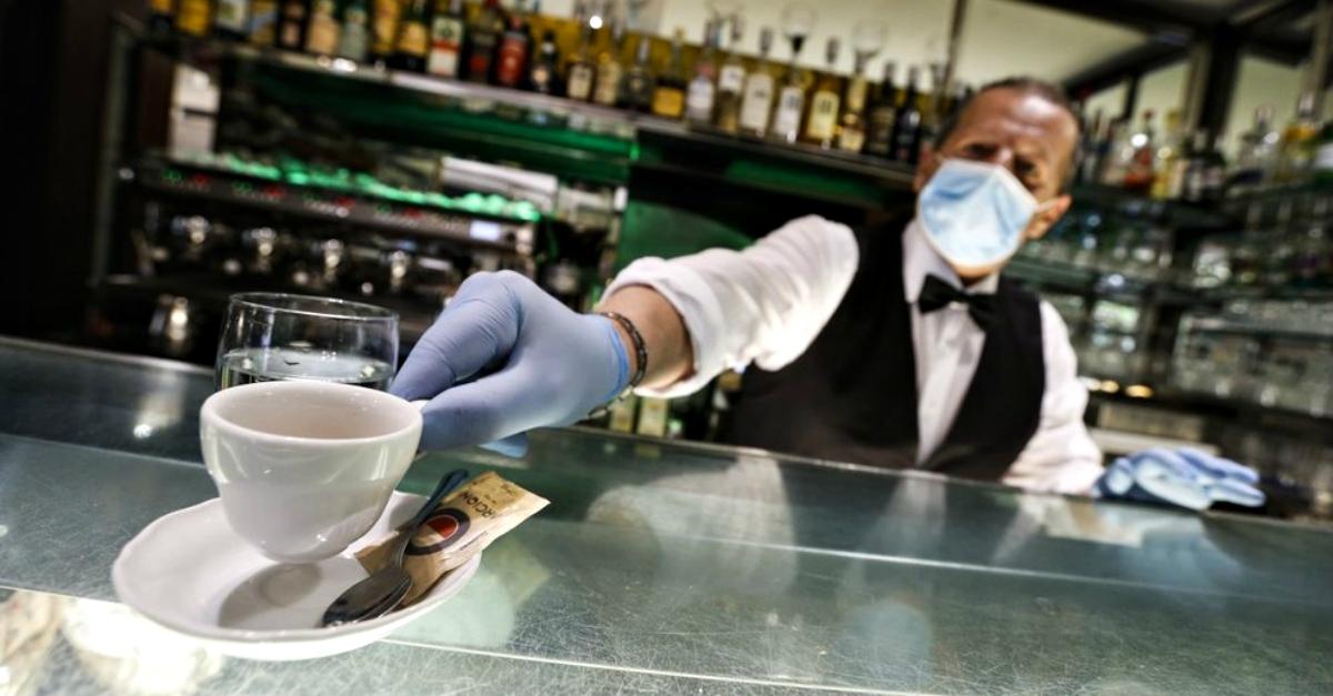 """Paga 50€ un caffè al bar: """"È il minimo: un piccolo gesto per una buona ripartenza"""""""