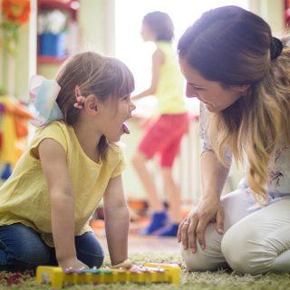 """È vero che non bisogna dire """"bravo"""" a un bambino? Il parere di Stefania Andreoli"""