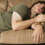 Quarantena, il marito è solo divano e pantofole: lei lo tradisce per la prima volta