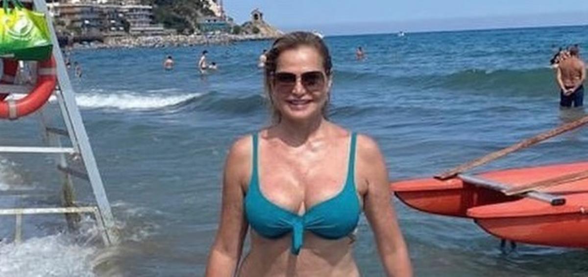 """Simona Ventura e la foto in bikini """"A 55 anni faccio ancora la mia porca figura!"""""""
