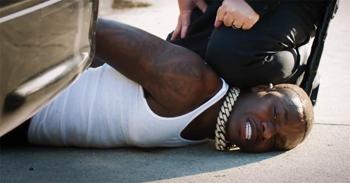 BET Awards 2020, il rapper DaBaby ricrea la morte di George Floyd: canta bloccato a terra