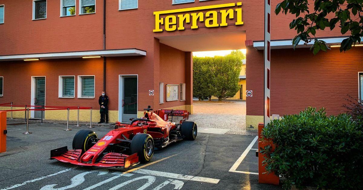 """""""Buongiorno Maranello!"""". C'è una Ferrari SF1000 che gira in paese: è quella di Leclerc"""