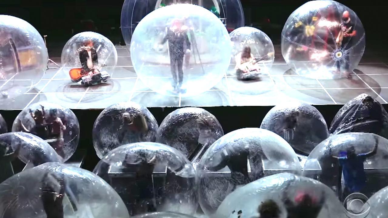 I concerti ai tempi del coronavirus: la band e il pubblico sono dentro delle bolle di plastica