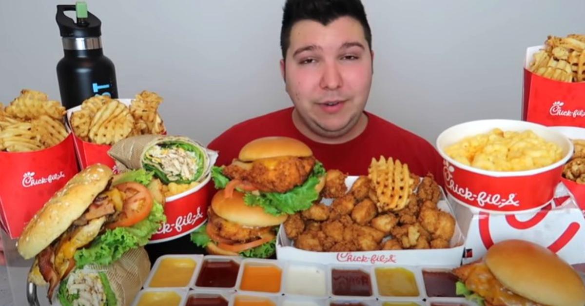 """Essere pagati per mangiare davanti alla videocamera? Già lo fanno: si chiama """"Mukbang"""""""