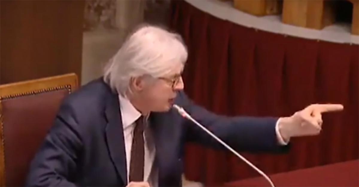 Sgarbi si rifiuta di mettere la mascherina in commissione alla Camera: urla e seduta sospesa