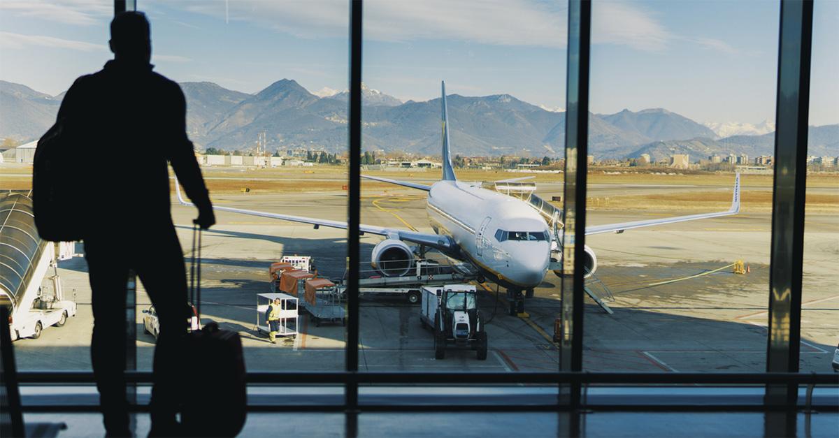 Volo prenotato e poi cancellato: un pilota spiega cosa sta succedendo ad alcune compagnie