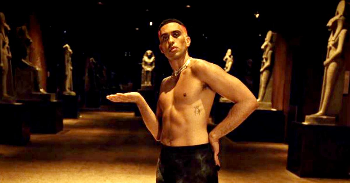 Mahmood balla a petto nudo tra le statue del Museo Egizio di Torino. E per oggi è tutto