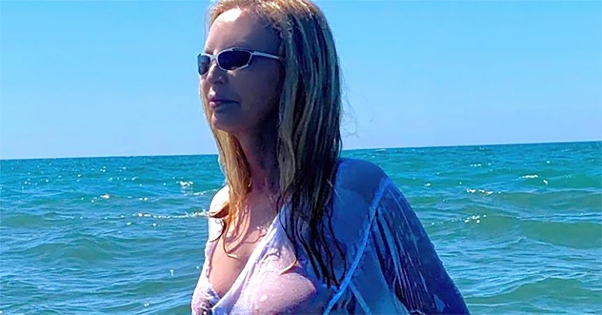 """Patty Pravo, maglietta bagnata e trasparenze al mare. I fan: """"Divina!"""