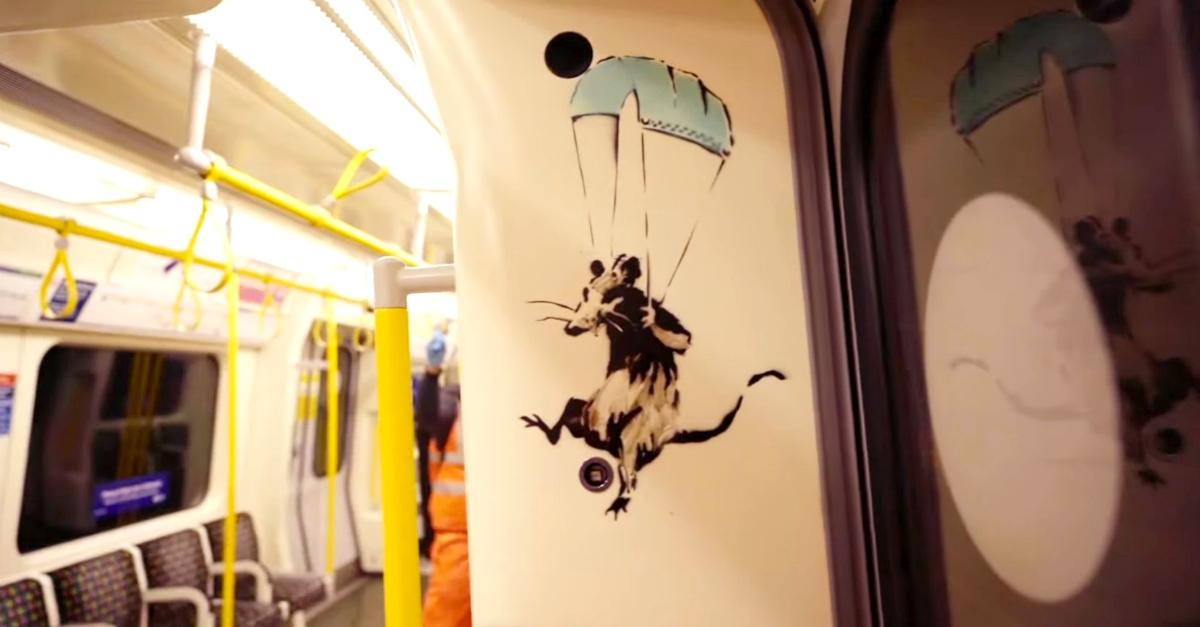 Banksy: i suoi topi in metrò (già cancellati) erano un invito a usar bene le mascherine