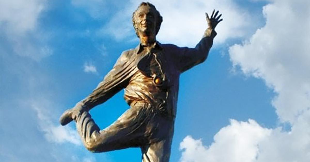 Imbrattata di vernice rossa la statua di Roberto Benigni nel suo paese natale