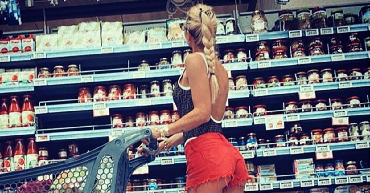 Mini shorts e costume da bagno, Ilary Blasi in posa al supermercato. Il commento di Totti