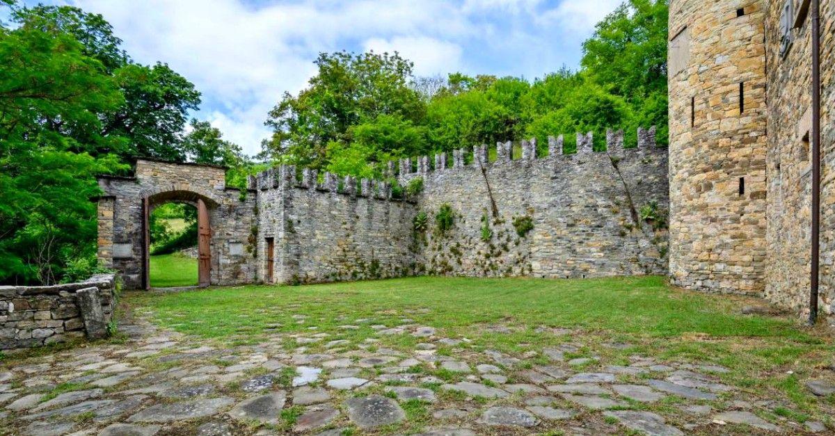 Parma, vendesi romantico castello del 1200 immerso tra colline, boschi, prati e cavalli