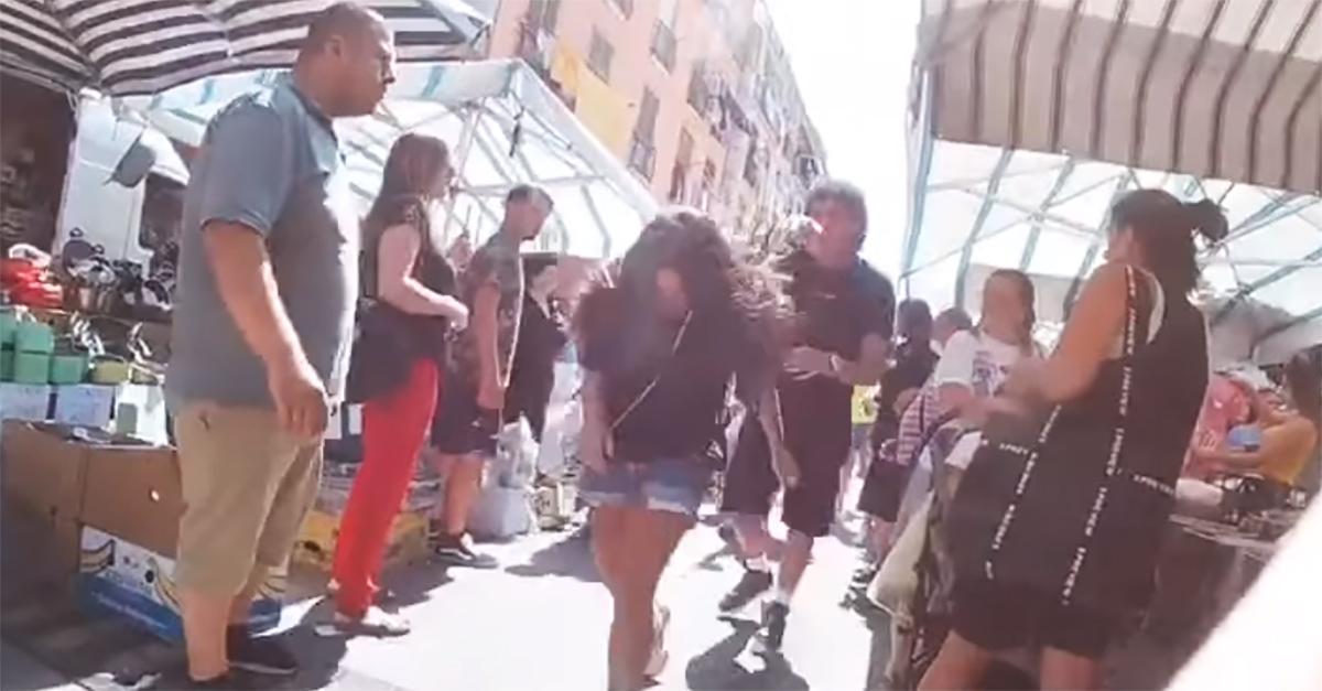 Napoli, aggredisce la fidanzata al mercato, ma è un esperimento sociale: la reazione dei passanti