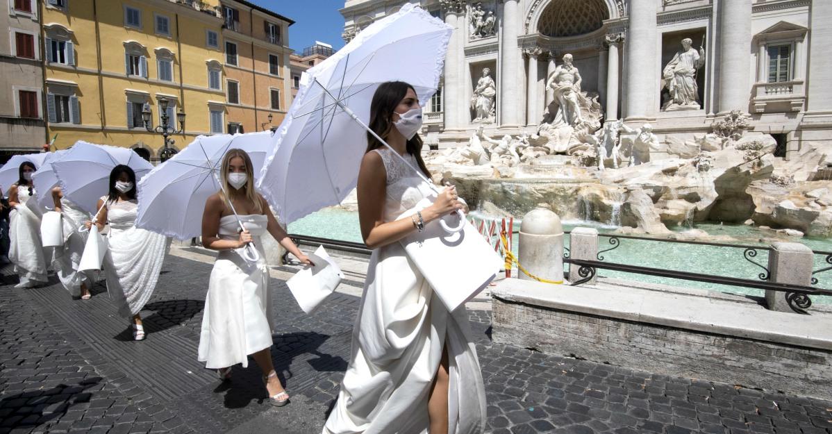 """Spose in piazza a Roma contro le restrizioni anti-covid: """"Ridateci i matrimoni da sogno"""""""