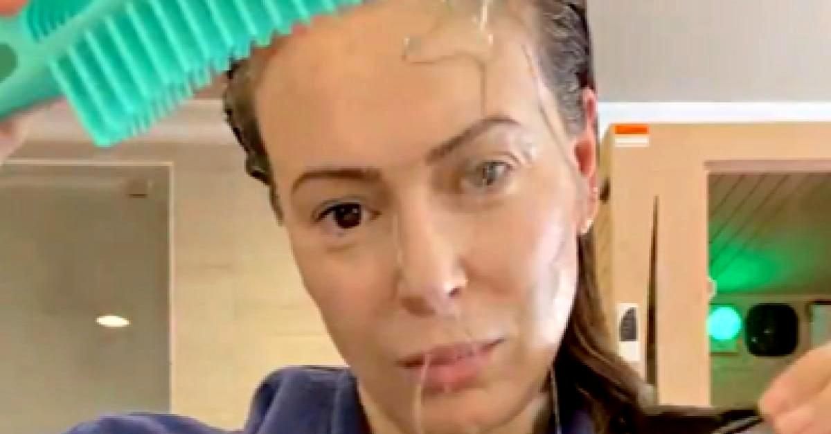 """""""Ecco quanti capelli perdo per il Covid-19"""". Il video di Alyssa Milano di """"Streghe"""""""