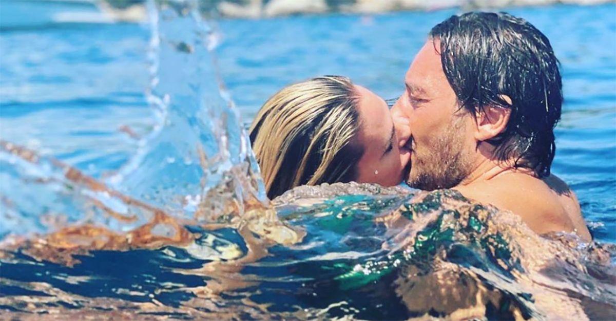 """""""Mi sembri un piranha"""", Totti commenta il bacio social di Ilary"""