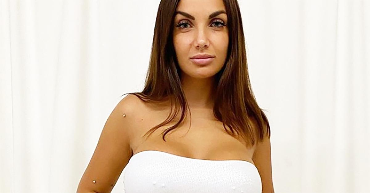 """""""E' il vestito da sposa?"""": Elettra Lamborghini, in bianco, incuriosisce i fan"""
