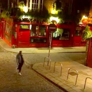 Dublino, Temple Bar è deserta: uomo misterioso improvvisa una sfilata tra gli Irish Pub
