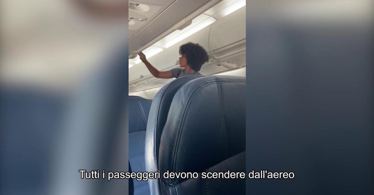 Si rifiuta di mettere la mascherina sull'aereo: i passeggeri sono costretti a scendere