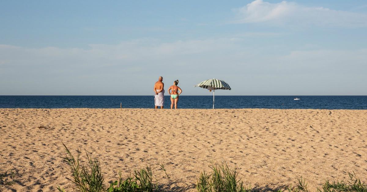 """L'orizzonte taglia l'inquadratura a metà: le 15 foto della mostra """"La Linea del Mare"""""""