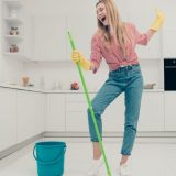 Cleaning therapy per allontanare lo stress: pulire casa fa bene alla salute (e non solo)