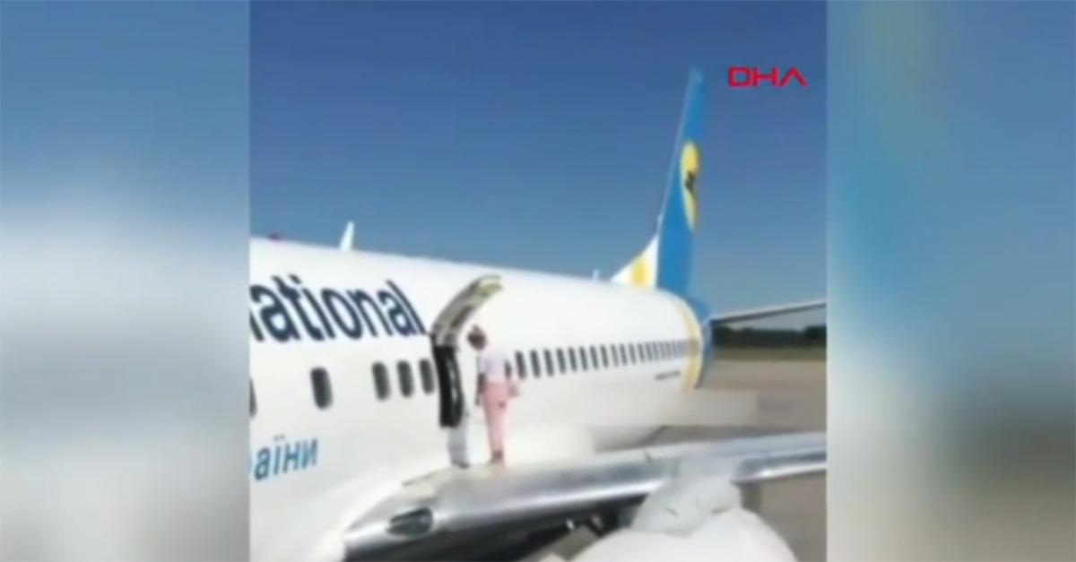 Sente troppo caldo sull'aereo: donna apre lo sportello d'emergenza e cammina sull'ala