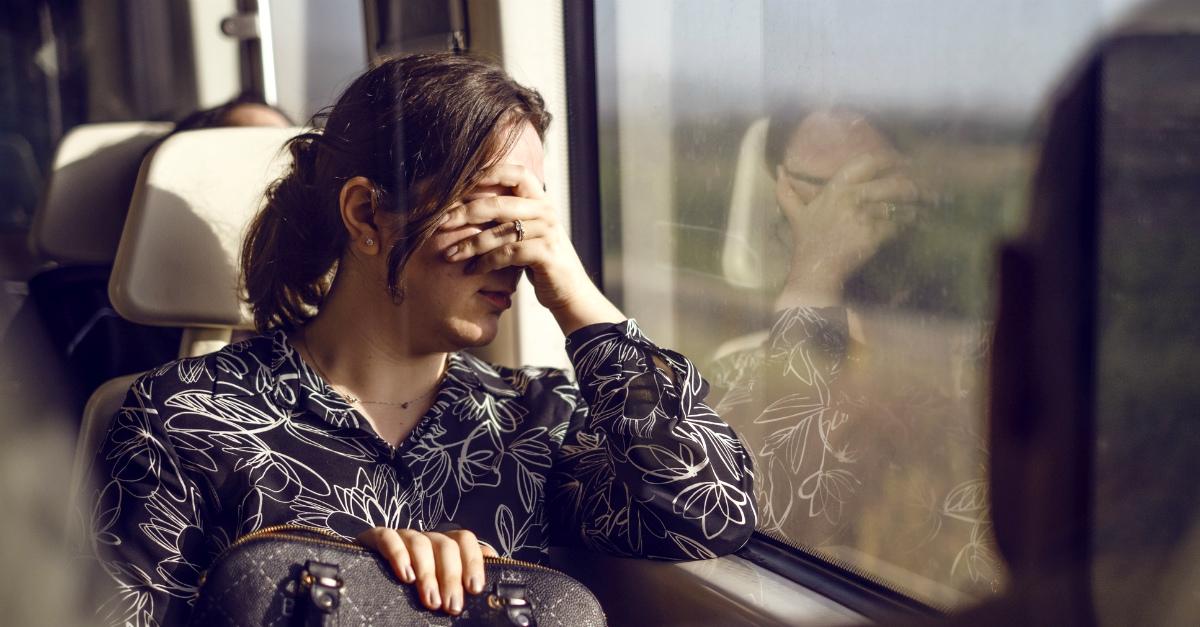 Sbirciare nelle case: così il finestrino del tram chiude gli occhi ai passeggeri