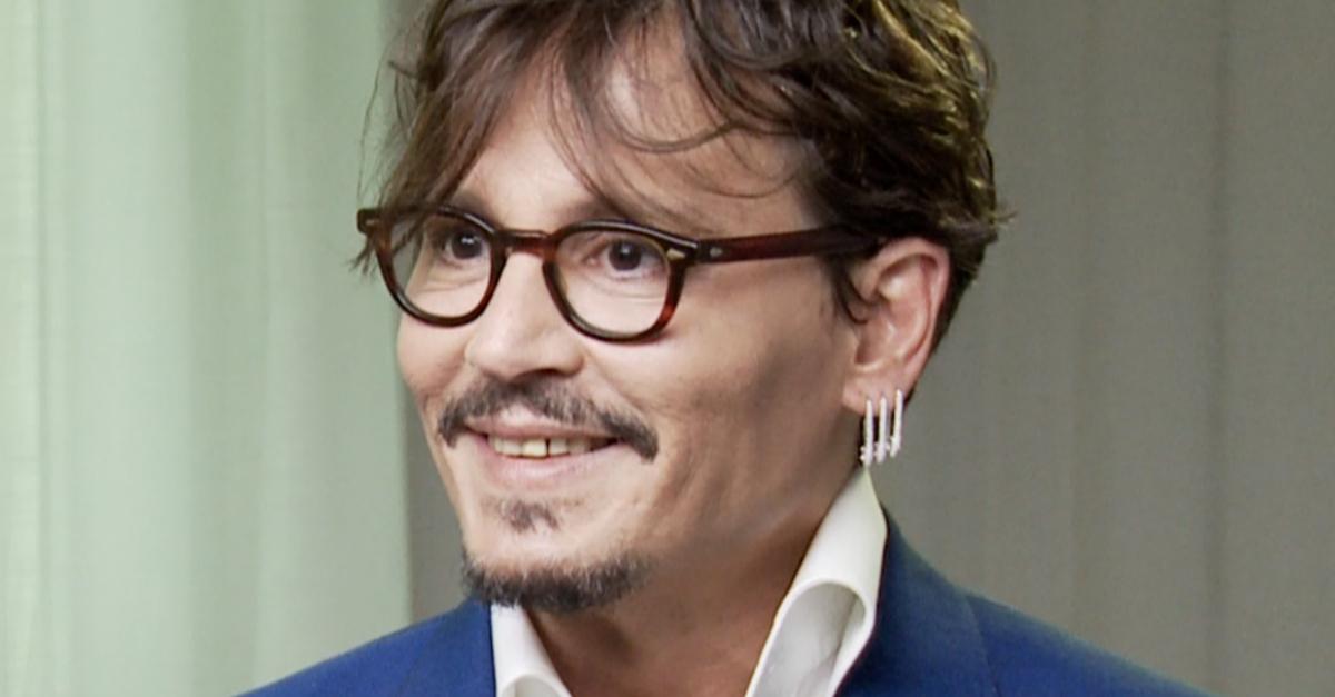 "Johnny Depp al cinema con ""Waiting for The Barbarians"": ""Seppelliamo i nostri cellulari!"""