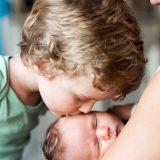 E' in arrivo una sorellina: ecco come preparare il primogenito