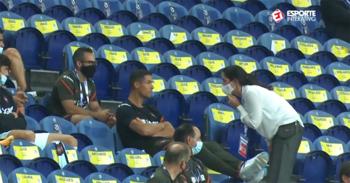 Ronaldo sorpreso allo stadio senza mascherina: la hostess lo rimprovera